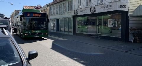 LITE PLASS: Motgående trafikk må ofte opp på fortauet når de møter rutebusser i Strandgata. Fra 1. juli skal 18 meter lange leddbusser forsøke å sno seg gjennom trange sentrumsgater.