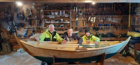 FLOTT BLIKKFANG: Harald Oma (i midten) kan sine saker, og nyleg var Åge (t.v.) og Eva Sørensen på inspeksjon for å sjå på Strandebarmaren som skal pynta opp restauranten i Rosendal. Den skal blant anna brukast til å servera mat på. (Foto: Privat).