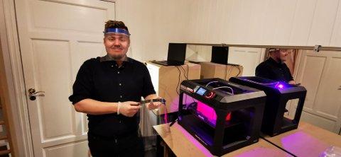 HJEMMELAGET: Bendik Mong med utstyret han lager hjemme. Det er ikke mange årene siden 3D-printere begynte å bli allemannseie. Mong bruker printeren til å hjelpe norsk helsevesen. Han oppfordrer flere til å bidra på dugnaden.