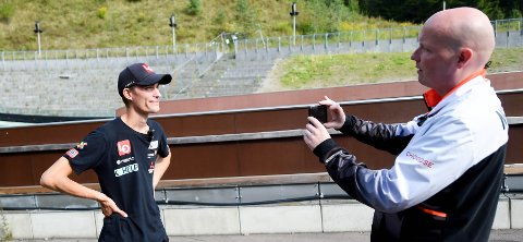 LAGER VIDEO: Steinar Bjerkmann (t.v.) som jobber med PR og medier for hopperne intervjuer her Tande. FOTO: OLE JOHN HOSTVEDT