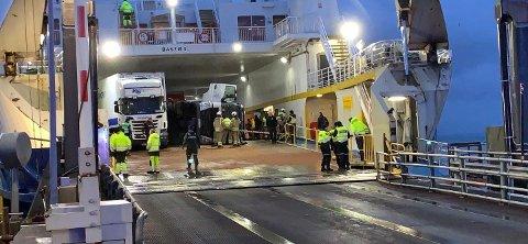 Alle nødetater er på plass etter at en lastebil veltet over flere personbiler på Bastøferja på vei til Horten tirsdag morgen.