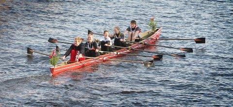 ÅPNER DAGEN: Tradisjonen tro åpner roerne i Moss nasjonaldagen med åretak gjennom kanalen. Her fra 17. mai 2013.