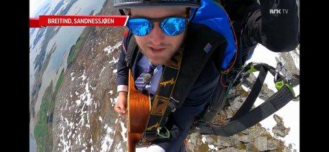 STUNT: Her flyr Adrian Jørgensen gjennom luften, mens han synger og spiller nasjonalsangen. Adrian forteller om en helt vanvittig opplevelse.