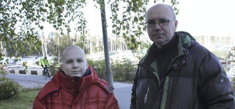 UTSATT: Max Malinowski (14) er syk av kreft, delvis døv og bevegelseshemmet - og bor i Fisker Syversens vei, hvor syklister fra Mosseveien mot sentrum kommer i flokk og holder «Tour de France»-fart, som Max` far Henrik Malynowski uttrykker det. FOTO: UNA O, OLTEDAL