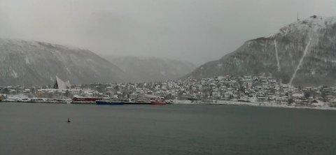 Slik så det ut fra et webkamera i Tromsø fredag midt på dagen. Lørdag er det spådd mer snø når Tromsdalen og Raufoss møtes på Alfheim stadion.