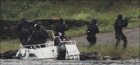 RYKKER I LAND: Den første gruppen av Terje Klevengens menn går nordover. Ungdommene peker de i den retningen. Den andre gruppen tar seg til sørsiden. Der finner de Breivik.