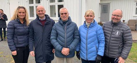 JUBLER: Denne gjengen jubler etter det store funnet ved Kaupang. Fra venstre: Leder av kulturutvalget i fylket, Ellen Eriksen (FrP), fylkesordfører Rune Hogsnes (H), Sverre Næsheim som gjorde funnene, Anne Næsheim, og leder for Kulturarv i Vestfold fylkeskommune, Terje Gansum.