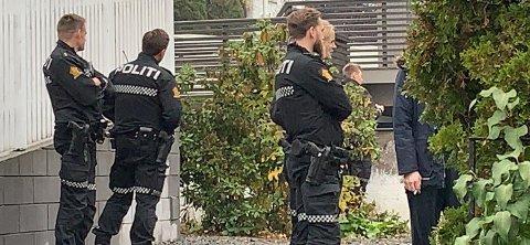 AKSJONERTE: Politiet aksjonerte på adressen i Larvik sentrum fordi de fikk melding om en mann med kniv i gata.