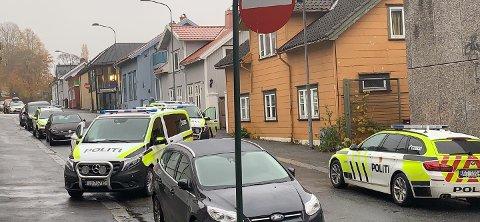 SKREMMENDE: For mange kan det virke skremmende når mange uniformerte biler stopper opp og politifolk med skjold går inn i en bolig.