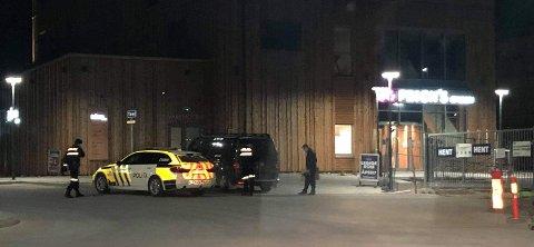 Politiet har i hele helga jobbet ved Mjøstårnet. Nå ser de også til sentrum i jakten på svar.