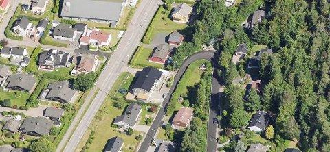 Midtåsveien 8 er boligen midt i bildet med stort, svart tak. Her kan eier nå bygge terrassen han ønsker.