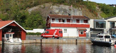 BREVIK: Brannbåten og politibåten har i dag fast base ved brannstasjonen i Brevik. Når den nye brannstasjonen til Grenland Brann og Redning IKS blir ferdig bygget på Grasmyr i Bamble, skal brannbåten få ny bryggeplass og båthus på Bunes på Stathelle. Politiet sør-øst inviteres til å bli med. Det vurderes om brannstasjonen i Brevik skal selges.