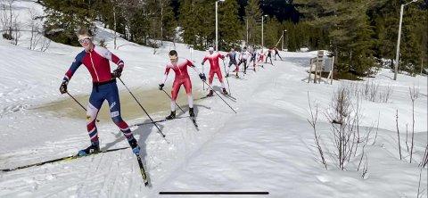 I KØ: Idrettsfag ved Polarsirkelen videregående skole benyttet QR-rennet til å få en tøff konkurranse på tampen av skisesongen og skoleåret. Nå kan rennet bli et årlig innslag.Foto: Egil Fjellheim