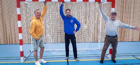 BREDE SMIL: Gleden er stor over å få vende tilbake til Furneshallen for Furnes Håndball, samtidig som smittevernreglene må tas på alvor. Her leder i Furnes håndball, Joakim Thorshaug (midten), flankert av tilsynsvaktene Michael Thyberg og Geir-Ivar Jacobsen (t.h.).