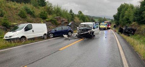 OMFATTENDE: FIre biler var involvert i kollisjonen på E16 onsdag morgen. Tre personer ble kjørt til sykehus. De to bilene til venstre i bildet skal ha stanset i veikanten etter en påkjørsel bakfra. Bil tre (til høyre i bildet) skal da ha blitt påkjørt bakfra av bil fire (varebil midt på bildet).