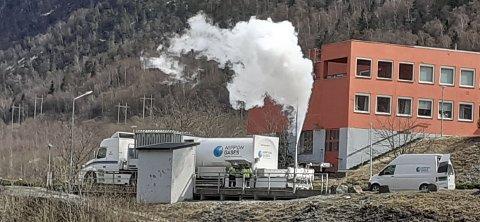 UDRAMATISK:  Et flott skue når iskald nitrogen slippes kontrollert ut av en tankbil (foto privat)