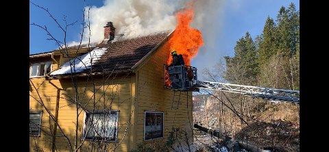 ØVER: Brannvesenet øver på slukke branner utvendig. De vil i løpet av dagen tenne på og slukke brannen i Rælingen flere ganger.