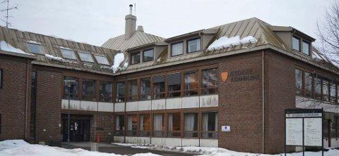 STOKKE: Kommunehuset i Stokke sentrum er en brikke i debatten om flytting av biblioteket til bykjernen.