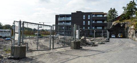 STÅR STILLE: Maskinene på Åsanetunet har midlertidig forlatt tomta der blokk to og tre er planlagt. I bakgrunnen første byggetrinn, som er innflyttet. Prosjektet får i alt 52 leiligheter.