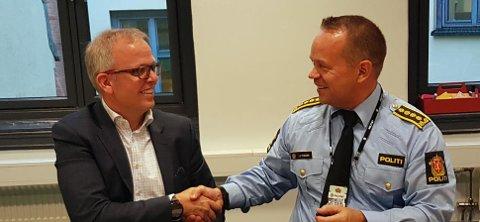 Eirik Håstein, produktdirektør for FINN motor, og Jan Eirik Thomessen, politiinspektør i Oslo politidistrikt, er godt fornøyd etter signering av den nye avtalen.