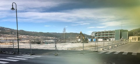 I GANG: Anleggsgjerde og gravemaskin på plass. Startskuddet på Jernverkstomta er gått.