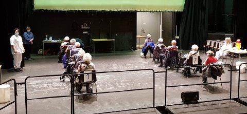 Fredag for nokre veker sidan var første gruppe med eldre over 85 år på scenen i kulturhuset for å få si første vaksine mot koronaviruset.