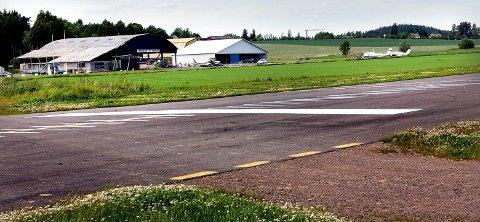 OMKOM: Tønsberg fallskjermklubb holder til ved Jarlsberg flyplass. Lørdag omkom en mann da han hoppet med fallskjerm. Arkivfoto: Marit Borgen