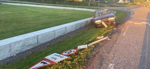 TRAFF SKILT: Bilen har fått skader etter sammenstøtet med veiskiltet.