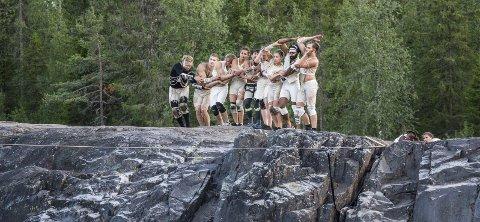 I aksjon: Et knippe Frikar X-dansere blant utøverne i aksjon på kanten av under «Draumefangaren» i Åbjørajuvet i 2018.
