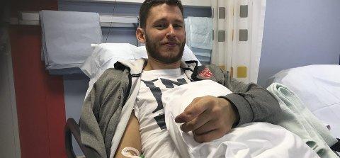 På sykehus: Martin Petersen er lykkelig for at han fortsatt har fingeren han satte fast i makuleringsmaskinen. Strømmen-laglederen måtte imidlertid tilbringe litt tid på sykehus etter ulykken. Foto: Privat