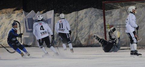 Bakpå: Solberg-keeper Stian Østvold havner bakpå etter et skudd av Stabæks Bjørn Buskqvist. SSKs Kristian Haugvaldstad, Øyvind Bø Johnsen og Eirik Solberg er på vei ut av situasjonen.