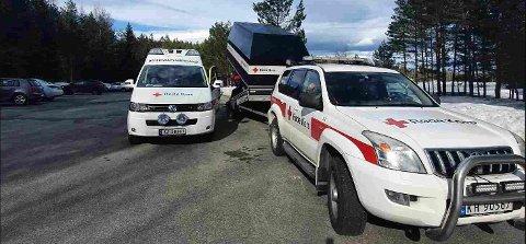 Røde Kors rykket ut med ATV-en for å komme seg helt opp til hytta til Grete og Egil.