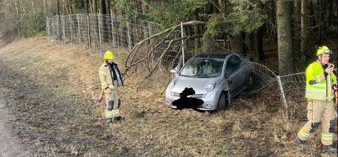 KJØRTE AV VEIEN: Det meldes om glatte veier på E6 i Follo. Denne bilien havnet i viltgjerdet ved Korsegården.