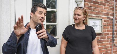 AVSLUTNINGSFEST: Jorid Dlsegg Bertelsen i dialog med en av beboerne på mottaket, Samir Belghit i sommer kort tid etter at hun hadde begynt i jobben som mottaksleder.