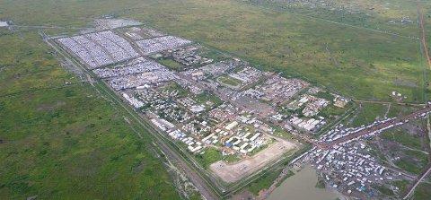 LEIREN: I løpet av få uker vokste FN-leiren i Malakal kraftig. Fortvilte mennesker søkte tilflukt og bosatte seg i delen som synes oppe til venstre i bildet.