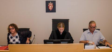 FRIKJENT: Meddommerne Anne Grethe Hauan og Arnt S. Egeland overprøvde dommerfullmektig Fanny Bratfos (midten) og gikk inn for en 2-1-dom og frifinnelse for Odd Heiberg AS.