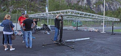 Dugnadsarbeidere i gang med å rigge scenen.