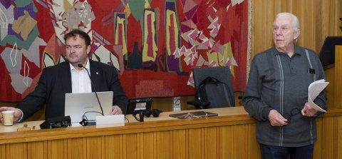 Underskriftsliste: Terje Blaker overrekte ordførar Roald Aga Haug (Ap) og formannskapet ei liste med 208 underskrifter for framleis drift ved sjukeheimen i Røldal. Foto: Ernst Olsen