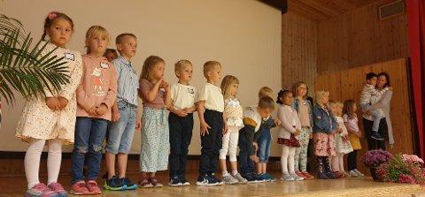 SPENTE FØRSTEKLASSINGER: 16 nye førsteklassinger hadde sin første skoledag på Veggli skole.