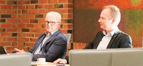 Rådmann Kjell Idar Berg (til venstre) i Vestvågøy kommune avbildet sammen med ordfører Remi Solberg.