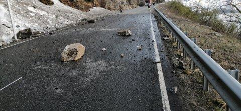 PÅ E6: Store steiner dundret gjennom rassikringen og ut på E6 ved Rakkenes i Kvænangen natt til onsdag. Foto: Nordlys-tipser.