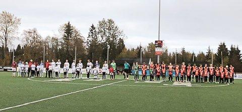 Stolte maskoter sammen med spillerne før kampen mellom Vind og FK Gjøvik-Lyn.