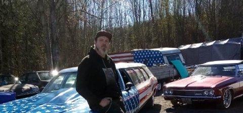AMCAR-ENTUSIAST: Bjørne Harry Olsen (38) har vokst opp med biler og det står flere gamle amerikanske kulturbærere på gårdsplassen.