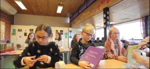 Gamle bøker: Elever og lærere bruker tid på å tape gamle lærebøker.