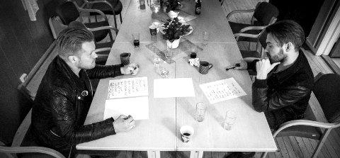 Spilleplan: Brødrene Amund og Henrik Maarud diskuterer settlisten til Huseby Harvest i helgen. Nå er det nytt album med duoen Morudes som gjelder. Amund Maarud skal også på veien med Stein Torleif Bjella og Jarle Bernhoft i høst. Foto: Øyvind Mo Larsen