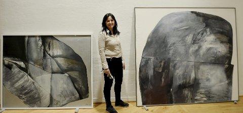 SITTER I PERSPEKTIV: Kurator Tone Lyngstad Nyaas ved de store maleriene «Innover» (til venstre) og «Fjell» som Inger Sitter malte på 1970-tallet.