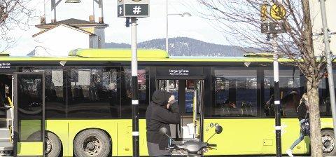 Tangen brygge: Det var her damen, som mener at hun ble kastet av på Alværn, gikk på bussen.Ill.foto: Staale Reier Guttormsen