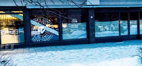 Fortsatt ikke åpnet i nye lokaler: Wayne's Coffe på Rådhusplassen i Ås.