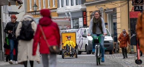 Reidar Frøysland er sykkelbud for DHL. Tidligere kjørte han budbil, men han sier han vil fortsette å sykle.