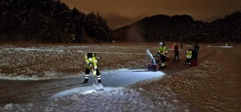 I timevis slet brøytemannskapene seg gjennom snøen på Tennebekktjørna, uten å ta en krone for det.